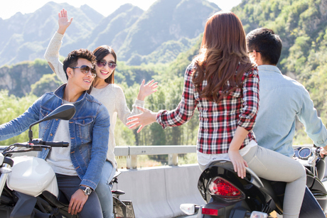 Young Chinese friends riding motorcycle togetherの写真素材 [FYI02220901]
