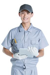 Repairman holding a digital tabletの写真素材 [FYI02220918]