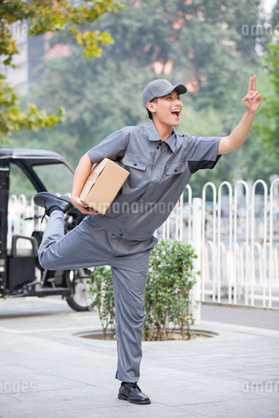 Delivery person delivering packageの写真素材 [FYI02220967]