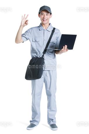 Engineer repairing laptopの写真素材 [FYI02220973]