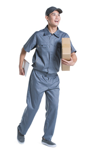Delivery person delivering packageの写真素材 [FYI02221034]