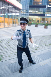 Humorous security staffの写真素材 [FYI02221037]