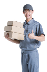 Delivery person delivering packageの写真素材 [FYI02221107]