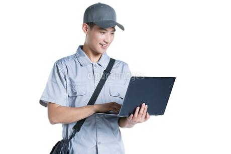 Engineer repairing laptopの写真素材 [FYI02221109]