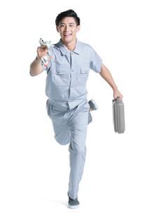 Repairman running with toolboxの写真素材 [FYI02221135]