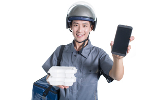 Take-out deliveryman showing smart phoneの写真素材 [FYI02221160]