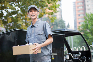 Delivery person delivering packageの写真素材 [FYI02221199]