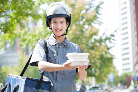 Take-out deliverymanの写真素材 [FYI02221228]