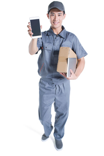 Delivery person showing smart phoneの写真素材 [FYI02221386]