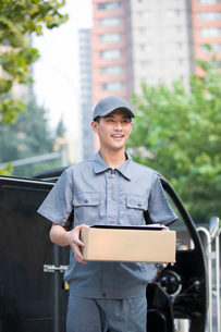 Delivery person delivering packageの写真素材 [FYI02221420]