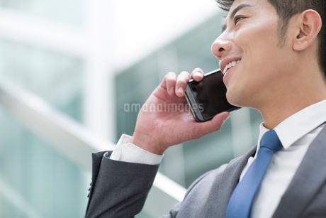 Businessman talking on the phoneの写真素材 [FYI02221453]