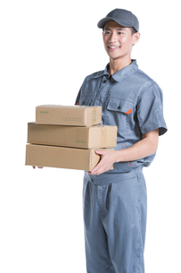Delivery person delivering packageの写真素材 [FYI02221521]