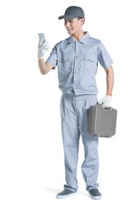 Repairman using smart phoneの写真素材 [FYI02221522]