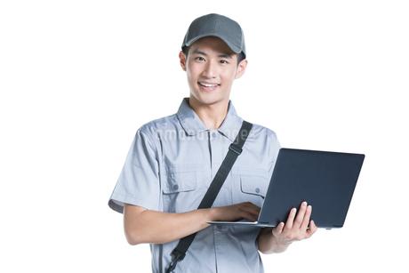 Engineer repairing laptopの写真素材 [FYI02221572]