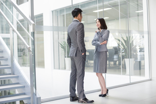 Business person talking in officeの写真素材 [FYI02221599]
