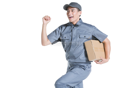 Delivery person delivering packageの写真素材 [FYI02221813]