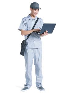 Engineer repairing laptopの写真素材 [FYI02221844]
