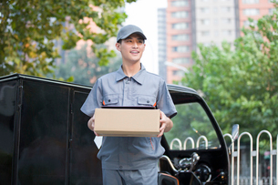 Delivery person delivering packageの写真素材 [FYI02222020]