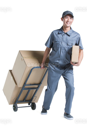 Delivery person delivering packageの写真素材 [FYI02222115]