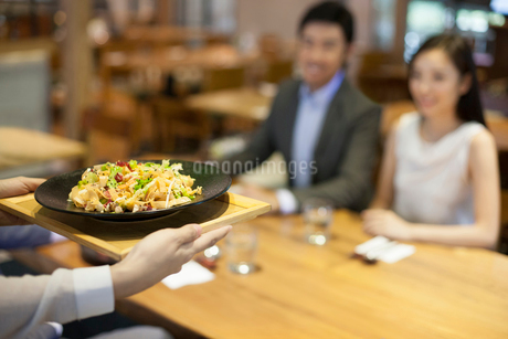 Chinese waitress serving in restaurantの写真素材 [FYI02222266]