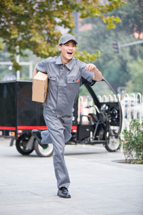 Delivery person delivering packageの写真素材 [FYI02222485]