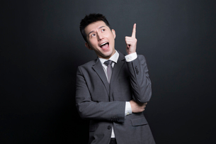 Excited Chinese businessman having a good ideaの写真素材 [FYI02222530]