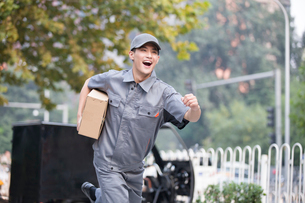 Delivery person delivering packageの写真素材 [FYI02222652]