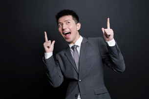 Excited Chinese businessman having a good ideaの写真素材 [FYI02222751]