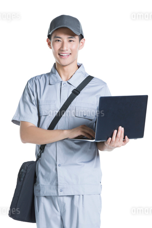 Engineer repairing laptopの写真素材 [FYI02222784]