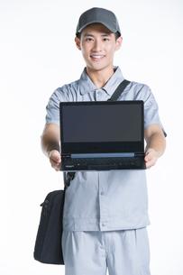 Engineer repairing laptopの写真素材 [FYI02222803]