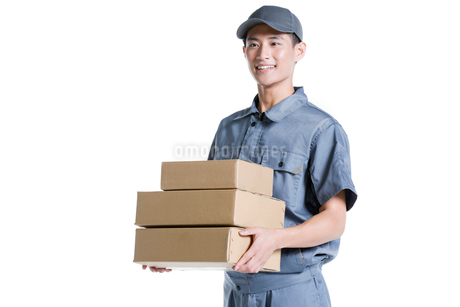Delivery person delivering packageの写真素材 [FYI02222852]