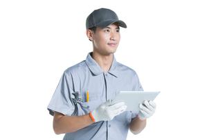 Repairman holding a digital tabletの写真素材 [FYI02222864]