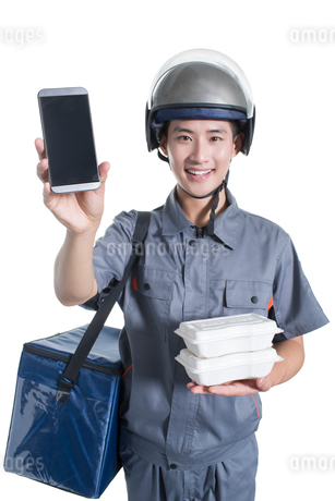 Take-out deliveryman showing smart phoneの写真素材 [FYI02222869]