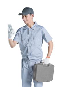 Repairman using smart phoneの写真素材 [FYI02222891]