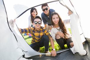Chinese friends enjoying a camping tripの写真素材 [FYI02222905]