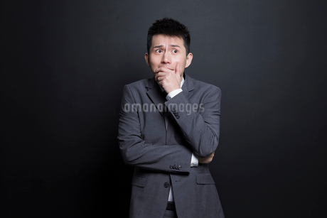 Scared Chinese businessmanの写真素材 [FYI02222976]