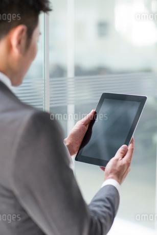 Young businessman using digital tabletの写真素材 [FYI02222998]