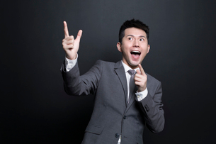 Excited Chinese businessman having a good ideaの写真素材 [FYI02223014]