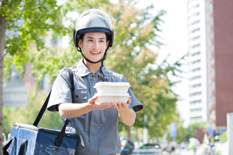 Take-out deliverymanの写真素材 [FYI02223110]
