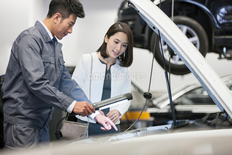 Auto mechanic talking with car ownerの写真素材 [FYI02223123]