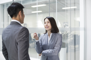 Business person talking in officeの写真素材 [FYI02223167]