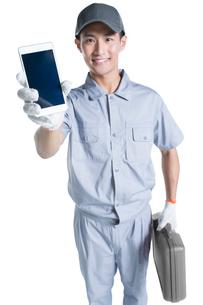Repairman showing smart phoneの写真素材 [FYI02223230]