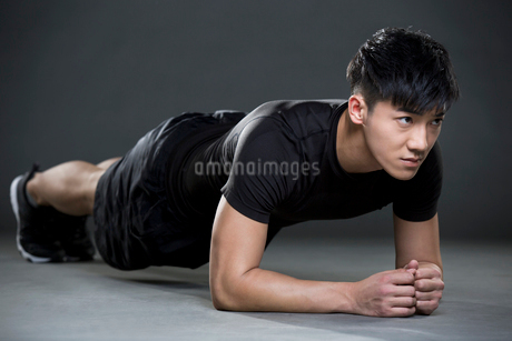Young man doing plank exerciseの写真素材 [FYI02223267]