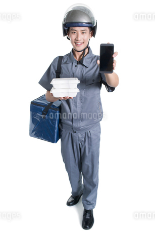 Take-out deliveryman showing smart phoneの写真素材 [FYI02223340]