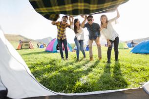 Chinese friends enjoying a camping tripの写真素材 [FYI02223353]