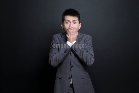 Scared Chinese businessmanの写真素材 [FYI02223360]