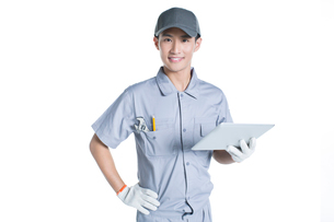 Repairman holding a digital tabletの写真素材 [FYI02223400]