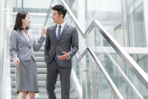 Business person talking on the stairsの写真素材 [FYI02223420]