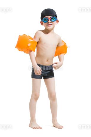 Cute boy in swimsuit with water wingsの写真素材 [FYI02223607]