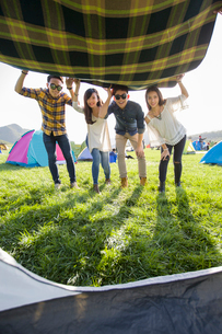 Chinese friends enjoying a camping tripの写真素材 [FYI02223742]